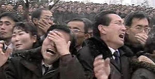"""A morte do ditador da Coréia do Norte, Kim Jong-il, em 2011, mostrou até que ponto o isolamento e a alienação de um povo são úteis aos ditadores. Durante seu funeral o povo se comportava de forma desesperada, como se um deus tivesse morrido. O culto à personalidade do ditador é comum em regimes opressores, e Kim Jong-il se concedia os títulos de """"Querido Líder"""", """"Comandante Supremo"""" e """"Nosso Pai"""". No entanto, seu filho Kim Jong-un estudou na Suíça, visitou a Disney japonesa e foi declarado """"Lider Supremo"""" após a morte do pai. O Líder dos porcos na """"Revolução dos Bichos"""" utiliza a mesma tática."""