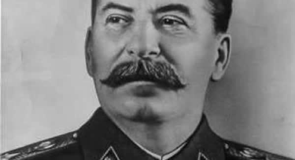 """Qualquer discordância com Stalin era considerada crime e passível de execução, sendo entendida como traição ou conspiração contra o regime soviético. O ditador promoveu assassinatos de integrantes do partido comunista da união soviética, execuções em massa e alterações de registros históricos. Acusações mentirosas e falsificações de documentos eram justificativas para execução de opositores. Também promovia o """"culto da personalidade"""". De acordo com a Wikipédia, """"Após a extinção do regime comunista na União Soviética, historiadores passaram a estimar que, excluindo os que morreram por fome, entre 4-10 milhões de pessoas morreram sob o regime de Stalin""""."""