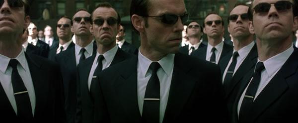 """No filme """"Matrix"""", de 1999, Smith (que é um programa de computador) declara seu ódio aos humanos. Isso é possível? Pesquisadores da inteligência artificial (IA) afirmam que sim, mas o filósofo John Searle criou um experimento mental chamado """"sala chinesa"""" para mostrar que computadores não podem pensar."""