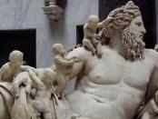 A superação do pensamento mitológico pelo pensamento racional marca a origem da filosofia