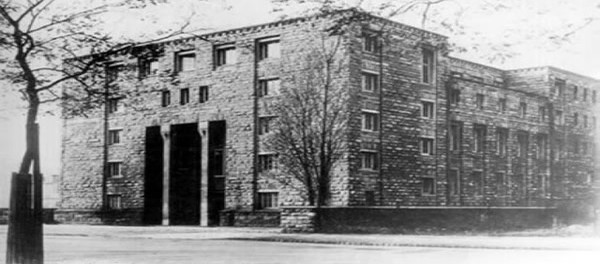 """O termo """"Escola de Frankfurt"""" surgiu informalmente para descrever os pensadores associados com o Instituto para Pesquisa Social. Foi fundada por Felix Weil em 3 de fevereiro de 1923. Consistia em um anexo da Universidade de Frankfurt e seu primeiro presidente foi Carl Gruenberg"""