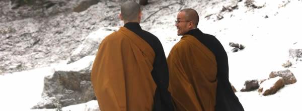 Os monges e a mulher no rio